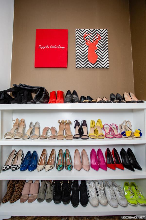 Ngoài túi xách, Phan Hoàng Thu còn sở hữu khoảng 40 - 50 đôi giày đến từ nhiều thương hiệu khác nhau. Trong bộ sưu tập giày của Phan Hoàng Thu có nhiều thương hiệu đắt đỏnhư Versace, Dolce Gabbana, Louis Vuitton, Salvatore Ferragamo... Bên cạnh đó, cô còn yêu thích sản phẩm của các thương hiệu phổ thông nhưSteve Madden, Aldo...