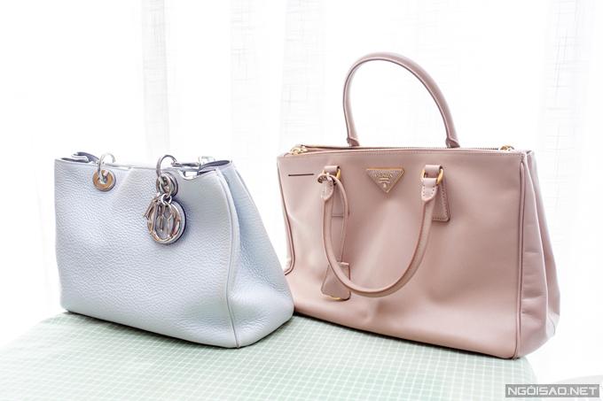 Phan Hoàng Thu thích những tiếc túi cỡ lớn để đựng được nhiều đồ. Cô bỏ ra hơn 100 triệu đồng để sở hữu túi Lady Dior size lớn màu xanh nhạt. Chiếc Prada size lớn màu hồng nhạt được cô mua từ lâu với giá khoảng hơn 30 triệu đồng.