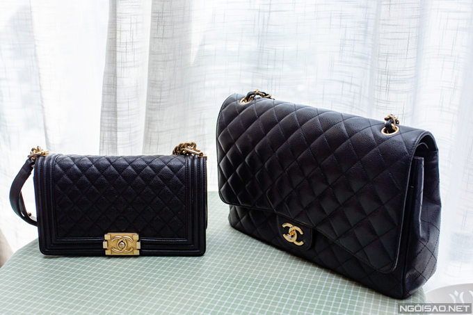 Chanel là thương hiệu yêu thích của Phan Hoàng Thu. Cô sở hữu một chiếc Chanel Boy (trái) size trung trị giá khoảng 150 triệu đồng. Chiếc Chanel Classic Maxi còn lại cũng tiêu tốn của Hoa hậu Đông Nam Á cũng khoảng 150 triệu đồng.