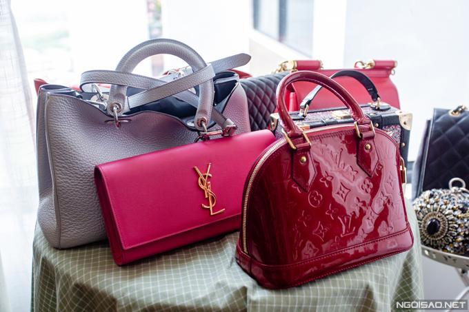 Phan Hoàng Thu sinh năm 1990, từng đăng quang Top 10 cuộc thi Hoa hậu Du lịch Quốc tế tổ chức tại Trung Quốc hồi tháng 1/2014. Sau khi sinh con trai đầu lòng và trở thành mẹ đơn thân, cô ít xuất hiện tại các sự kiện giải trí và chủ yếu dành thời gian cho việc kinh doanh. Phan Hoàng Thu cho biết cô thường mua sắm theo hứng thú chứ không trung thành với một phong cách nhất định. Trong tủ đồ của mình, người đẹp sở hữu nhiều mẫu túi với kiểu dáng, màu sắc và thương hiệu khác nhau như Louis Vuitton, Saint Laurent, Dior...