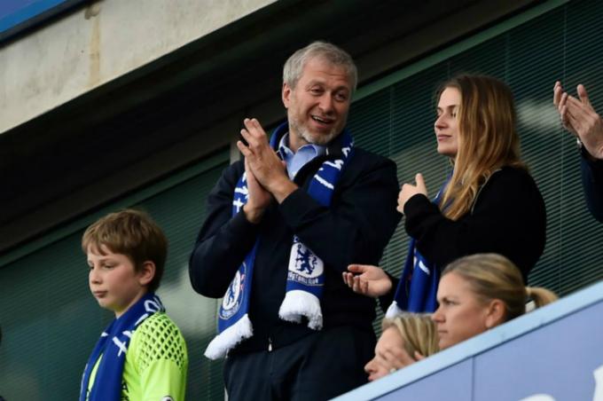 Abramovich thường xuyên có mặt cổ vũ Chelsea, đội bóng ôngmua với giá 233 triệu USD. Ảnh:Reuters