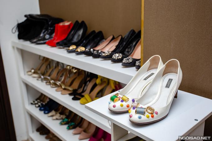 Một mẫu giày nằm trong bộ sưu tập của hè củaDolce & Gabbana được Phan Hoàng Thu mua với giá khoảng 25 triệu đồng.
