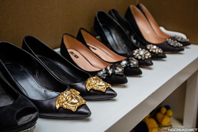 Phan Hoàng Thu sở hữu nhiều mẫucao gót màu đen đính kim loại hoặc đá pha lê lấp lánh ở phần mũi giày. Đôi Versace đính kim loại ngoài cùng bên phải có giá khoảng hơn 20 triệu đồng.