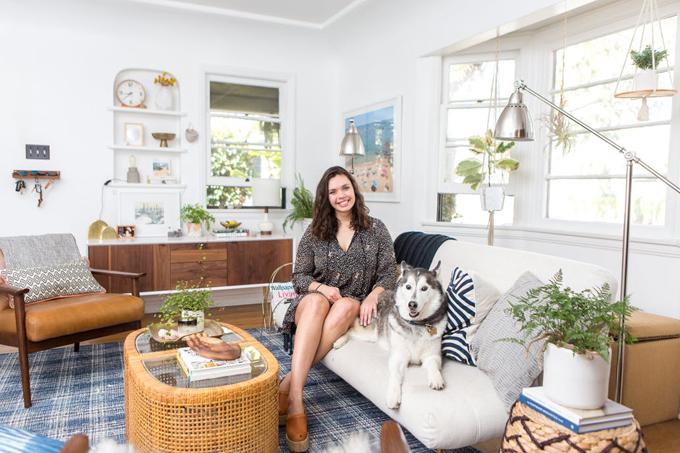 Khi Megan Martinez chuyển từ New York đến Los Angeles 7 năm trước, cô có cảm giác lạ lẫm cho tới khi tìm thấy những thứ mà bây giờ cô gọi là nhà. Megan hiện là blogger, sở hữu trang Boho Beach Bungalow, kiêm nhà thiết kế. Căn hộ đang thuê với diện tích 102 m2 được Megan cùng bạn trai, Caleb Light-Wills, chăm chút đã trở thành một phần trong niềm tự hào của cô.