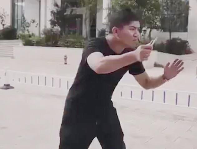 Vai kẻ tấn công do một sĩ quan khác đóng. Ảnh cắt từ video.