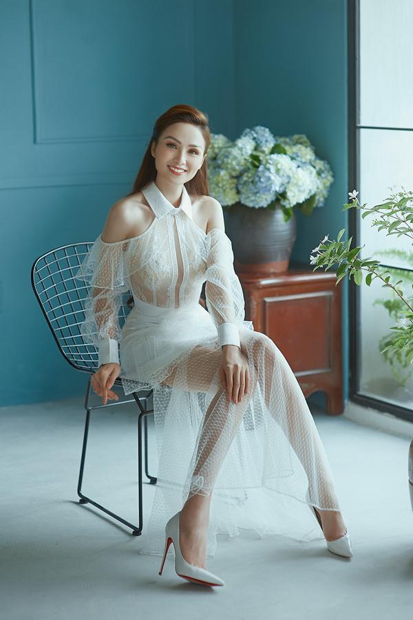 Sau khi giảm cân, Diễm Hương tự tin chọn các mẫu trang phục tôn nét gợi cảm để chưng diện. Trong bộ ảnh mới thực hiện, cô chọn các mẫu váy mới của Nguyễn Hà Nhật Huy để hoà cùng trào lưu sử dụng gam trắng được sao Việt yêu thích ở mùa hè năm nay.