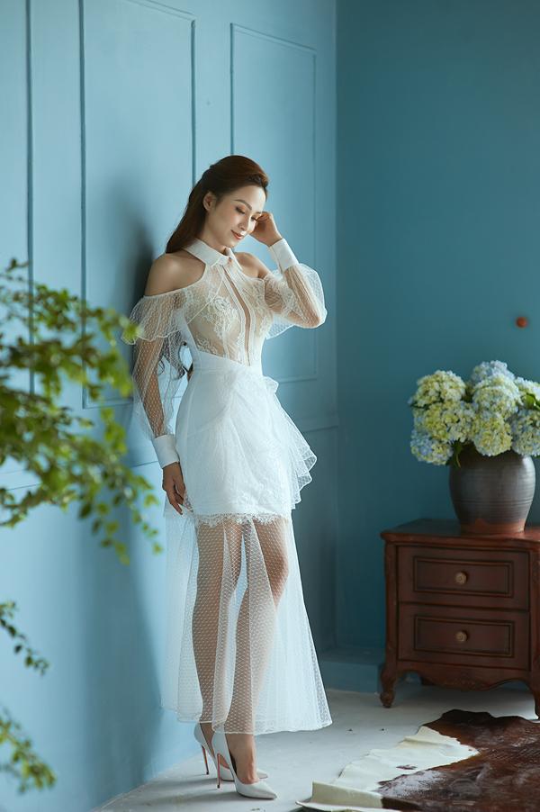 Lấy cảm hứng từ váy cổ sơ mi được hâm nóng ở xu hướng năm nay, nhà thiết kế đã mang tới nhiều kiểu trang phục biến tấu ấn tượng.