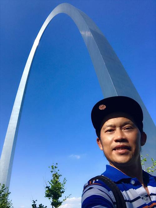 Danh hài Hoài Linh chia sẻ lại hình ảnh ở đường cong St. Louis Gateway Arch (Mỹ) và bày tỏ nỗi nhớ bạn bè, người thân ở đây.