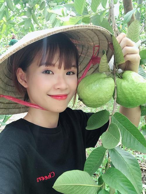 Khởi My hoá thân thành cô gái miệt vườn, đi bán trái cây.