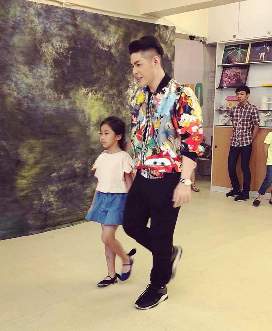 Đạo diễn Nguyễn Hưng Phúc dạy catwalk cho thiếu nhi tại Hong Kong - 4