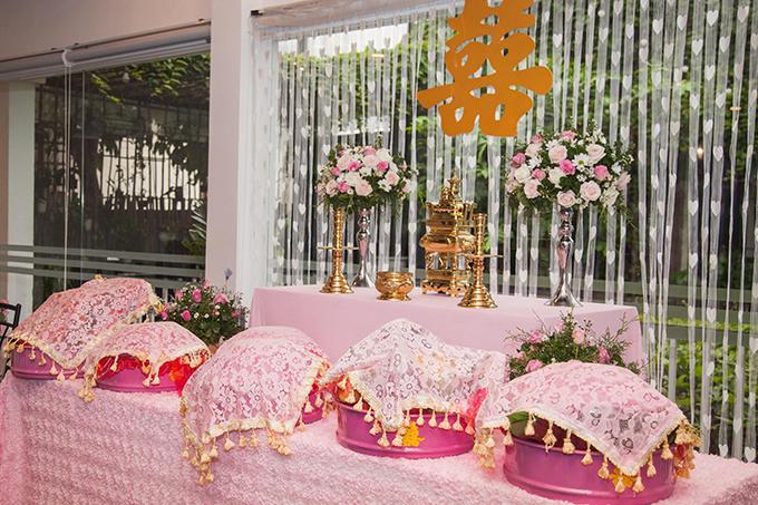 Vì đám hỏi diễn ra ở Việt Nam nên hai vợ chồng Kim Nhã tổ chức mọi nghi lễ theo phong tục Việt Nam, không thiếu các tráp lễ và đầy đủ nghi thức tiếp khách, biếu trầu. Cô dâu hướng tới phong cách trang trí hòa nhã (giống như ý nghĩa tên cô), dễ thương, dễ gần, không quá phô trương và cầu kỳ.