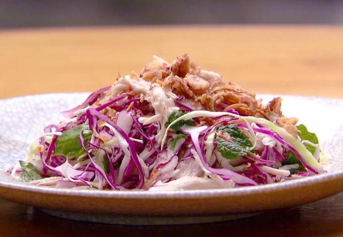 Món gỏi gà trộn đậm phong cách Việt được chú ý trong một phần thi của Khanh Ong.