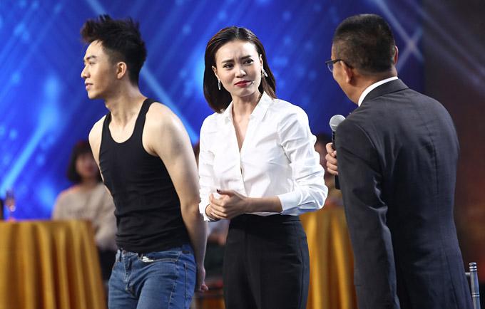 Nhà báo Lại Văn Sâm đã nhận xét Lan Ngọc là một cô gái nhạy cảm khi chứng kiến cách cô bối rối trước một nam thí sinh điển trai.