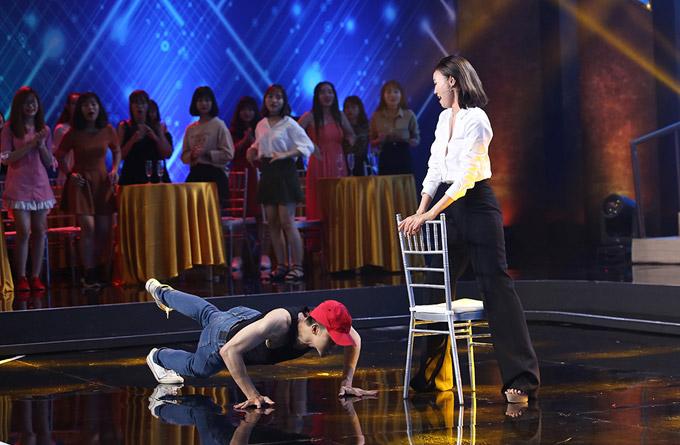 Khi nhìn thấy nam thí sinh uốn hông và thực hiện nhiều động tác nhảy quyến rũ trước mặt mình, Lan Ngọc còn nổi hứng biểu diễn cùng.