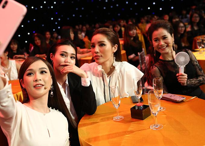 Trên ghế nóng, 4 nghệ sĩ khá thân thiết khi thường xuyên trò chuyện và selfie cùng nhau trong giờ nghỉ giải lao của buổi ghi hình.