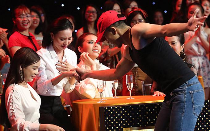 Người đẹp phim Cô ba Sài Gòn tỏ ra sung sướng trước hành động này của chàng trai.