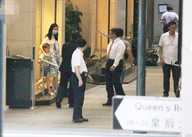 Chiều 31/5, Lưu Đức Hoa cùng vợ và con gái xuất hiện tại một tòa nhà ở khu Central, Hong Kong. Cặp đôi được vệ sĩ bảo vệ rất kỹ, vì thế, paparazzi chỉ có thể chụp hình từ xa. Trong loạt ảnh được hé lộ, vợ Lưu Đức Hoa mặc váy rộng thùng thình, cô khoác tay con gái, vội vã ra xe.