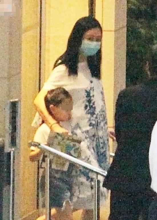 Bà xã Lưu Đức Hoa năm nay 52 tuổi, con gái đầu của cặp đôi cũng đã 6 tuổi. Một nguồn tin cho hay gia đình họ Lưu muốn có thêm quý tử, vì thế, bất chấp tuổi tác, hai vợ chồng vẫn cố gắng sinh thêm.