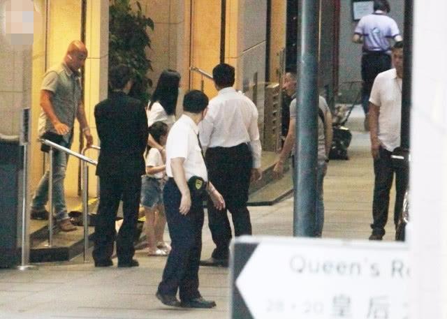 Theo tờ QQ, Lưu Đức Hoa đưa vợ con đi khám.