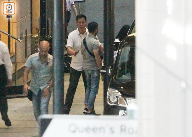 Lưu Đức Hoa tháp tùng vợ con ra xe. Nhiều năm nay, ngôi sao Hong Kong duy trì tình trạng an ninh cao cho gia đình. Mỗi khi ra ngoài, vợ con anh đều có vệ sĩ bám sát để bảo vệ.