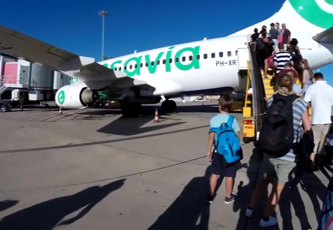 Máy bay Hà Lan phải hạ cánh khẩn cấp vì hành khách bốc mùi - 1