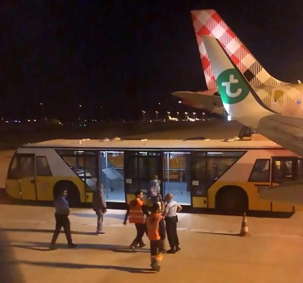 Máy bay Hà Lan phải hạ cánh khẩn cấp vì hành khách bốc mùi