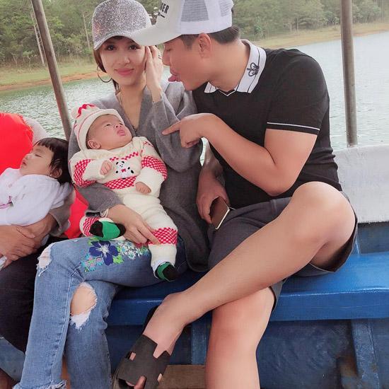 Con út của nhà Oanh Yếnmới được 5 tháng tuổi. Mới đây, trong chuyến đi du lịch cùng gia đình lên Đà Lạt, nhóc tỳ rất ngoan ngoãn, ít quấy khóc.