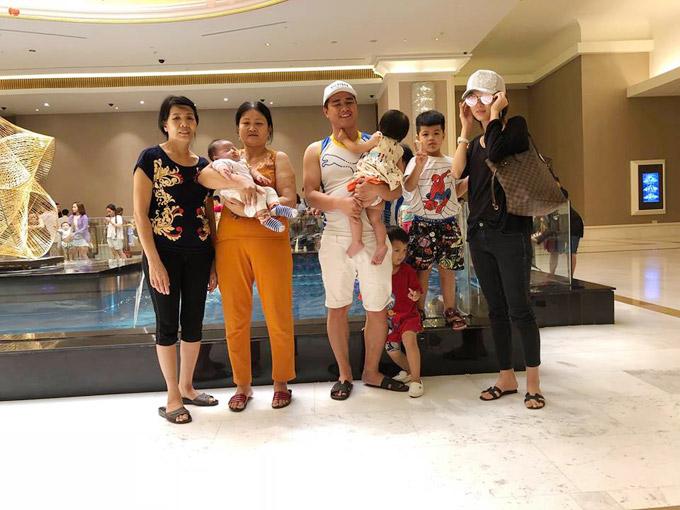 Vợ chồng Oanh Yến phải thuê đến 3 người giúp việc mới chu toàn được chuyện chăm sóc 4 con và dọn dẹp nhà cửa.
