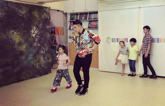 Trong chuyến công tác tại Hong Kong, Nguyễn Hưng Phúc cũng nhận được nhiều lời khen về kỹ năng biểu diễnvà phong cách chuyên nghiệp của dàn mẫu nhí Việt học trò anh.
