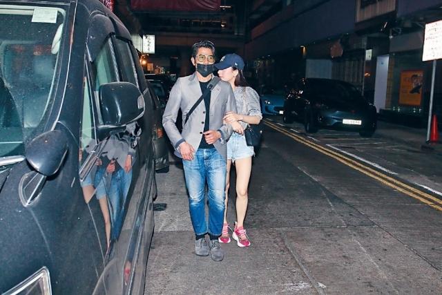 Tối 31/5, Quách Phú Thành đưa bà xã Moka đi ăn tối và chạm trán cánh ký giả ở khu Causeway Bay, Hong Kong. Moka có phần ngại ngùng khi gặp ký giả, cô nép sau lưng chồng, trong khi anh vui vẻ vẫy tay chào. Cặp sao vừa rảo bộ ra xe hơi vừa thì thầm cười nói vui vẻ.