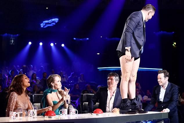 David Walliams tụt quần trên bàn giám khảo.