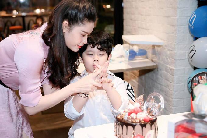 Tối qua (31/5), Trương Quỳnh Anh đã tổ chức sinh nhật tròn 6 tuổi cho con trai, bé Sushi tại một nhà hàng. Không chỉ mời bạn bè của bé Sushi đến chung vui, nữ diễn viên còn trang trí không gian tràn ngập bóng bay và mời nghệ sĩ xiếc đến biểu diễn.