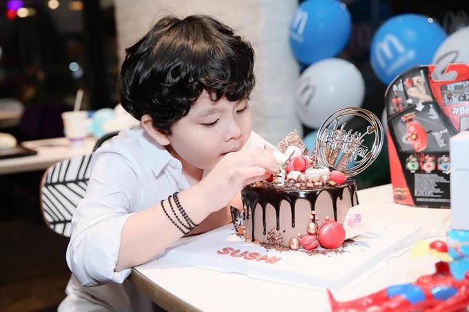 Trong buổi tiệc, bé Sushi tỏ rathích thú trước chiếc bánh sinh nhật cầu kỳ.