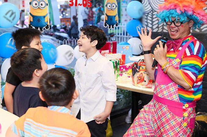 Cùng với những người bạn,cậu nhóc cười đùa vui vẻ trước các tiết mục xiếc.