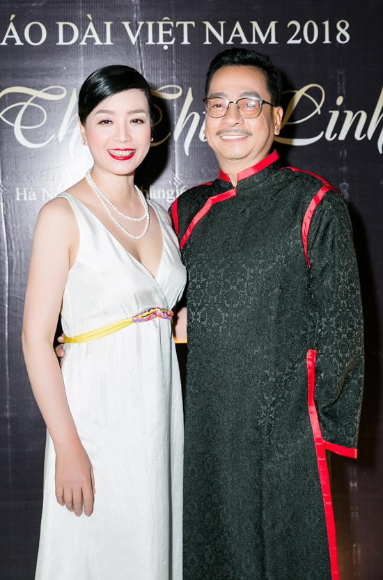 Ông trùm Phan Quân không ngần ngại ôm eo nghệ sĩ Chiều Xuân.