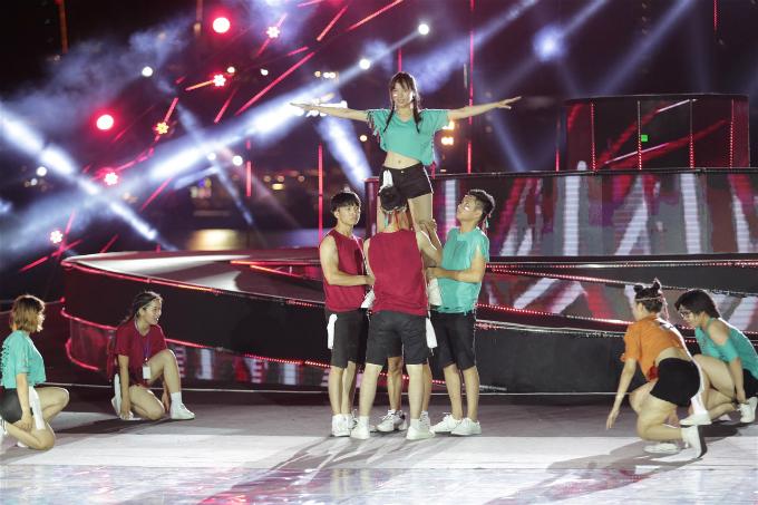 Phần nhảy flashmob hướng đến những động tác vũ đạo mạnh mẽ, sôi động, thể hiện nét đẹp trong những chuyển động của cơ thể.
