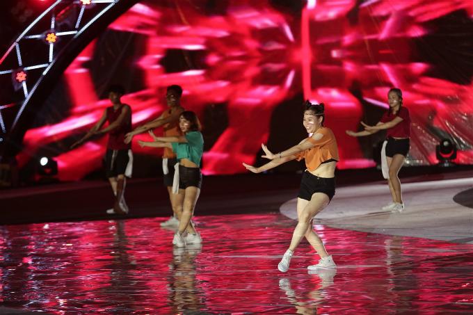 Tiết mục kết hợp giữa nhảy múa và phần dàn dựng âm thanh, ánh sáng, thiết kế sân khấu trẻ trung, thể hiện tinh thần cháy hết mình, nhiệt huyết và đam mê của tuổi trẻ.