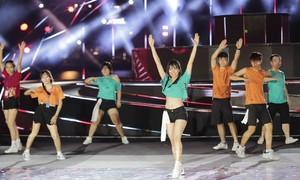 Đội Flashmob Đại học Duy Tân trình diễn trên nền nhạc Despacito