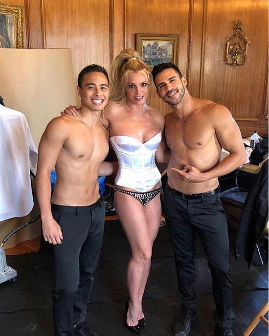 Britney và hai vũ công ở trường quay.