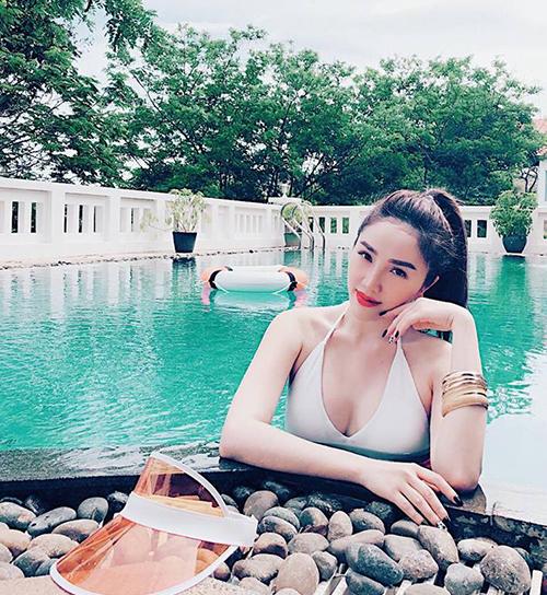 Bảo Thy đang có những ngày nghỉ xả hơi tắm nắng tắm biển, chào hè ở một resort tại Vũng Tàu. Nữ ca sĩ