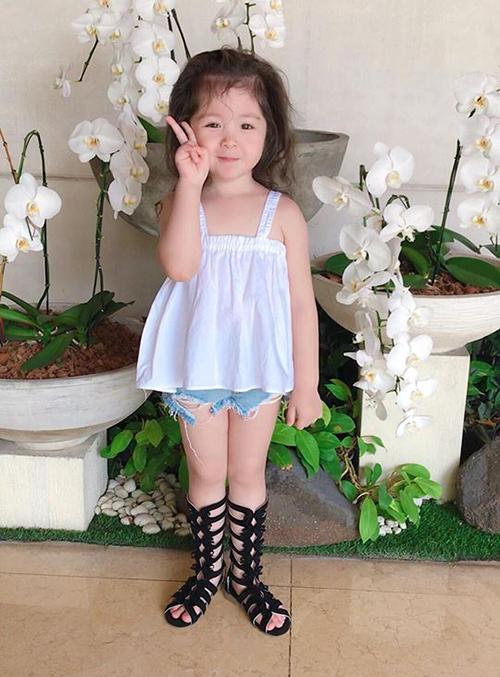 Cadie nhà Elly Trần ngày càng biết tạo dáng trước ống kính. Cô bé được mẹ lên đồ để đi chơi lễ.