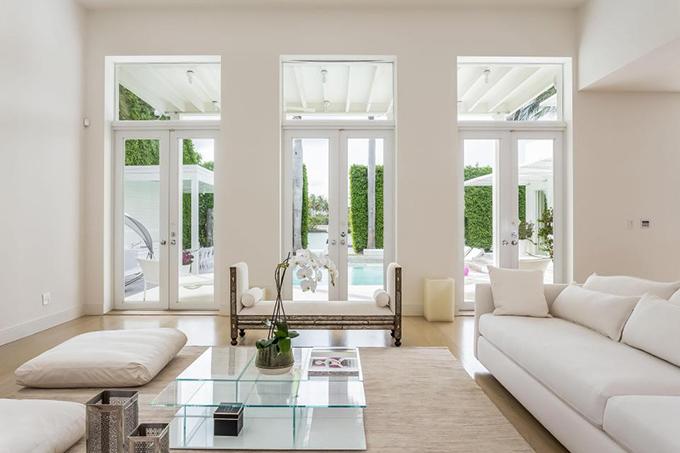 Phòng khách nhìn ra bể bơi. Shakira chọn màu sơn và nội thất
