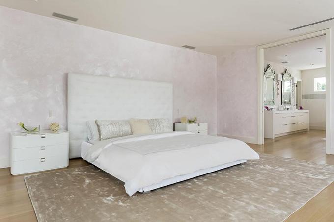 Biệt thự có 6 phòng ngủ. Trắng là màu chủ đạo trong biệt thự của vợ chồng Pique.