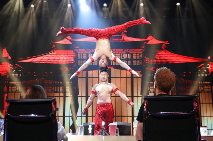 Cả 4 giám khảo đều ấn tượng với màn biểu diễn của cặp thí sinh Việt Nam.