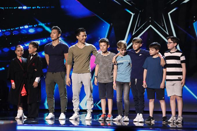 Quốc Cơ - Quốc Nghiệp bên các thí sinh nhí của Britains Got Talent năm nay.