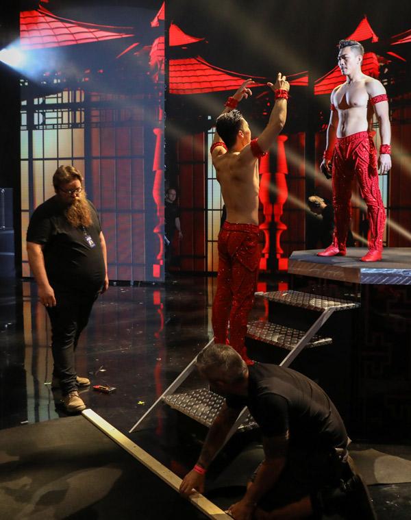 Ban tổ chức Britains Got Talent chuẩn bị kỹ lưỡng cho màn diễn của anh em Quốc Cơ - Quốc Nghiệp để đảm bảo cặp thí sinh được thuận lợi, an toàn khi trình diễn.