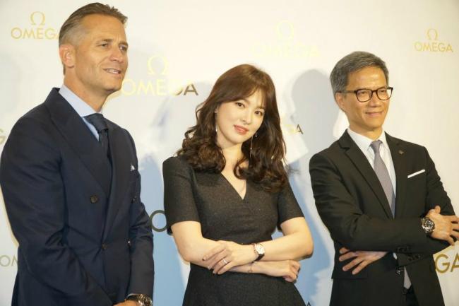 Song Hye Kyoăn gian chiều cao vớiđôi giày 11cm - 6