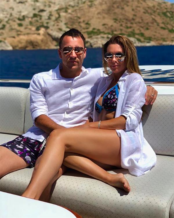 Terry khoe bức ảnh ngồi thư giãn bên bà xã trên chiếc du thuyền sang trọng anh thuê riêng để phục vụ gia đình trong kỳ nghỉ.