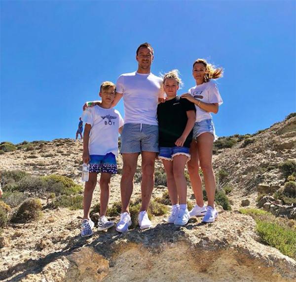 John Terry cùng bà xã Toni và hai con đang có kỳ nghỉ ở một vùng biển của Hy Lạp. Trung vệ 37 tuổi vừa nói lời chia tay với CLB Ason Villa sau khi đội bóng này để thua 0-1 trước Fulham ở trận tranh vé vớt thăng hạng Premier League.