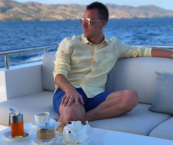 Sau kỳ nghỉ, Terry sẽ đưa ra quyết định về tương lai của mình. Nhiều fan bày tỏ mong muốn anh tái hợp với đồng đội Frank Lampard - người vừa trở thành HLV của CLB Derby County.